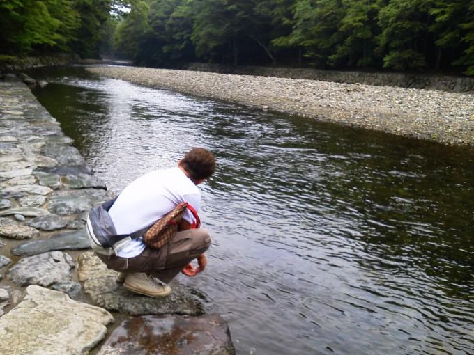 五十鈴川で手を清める