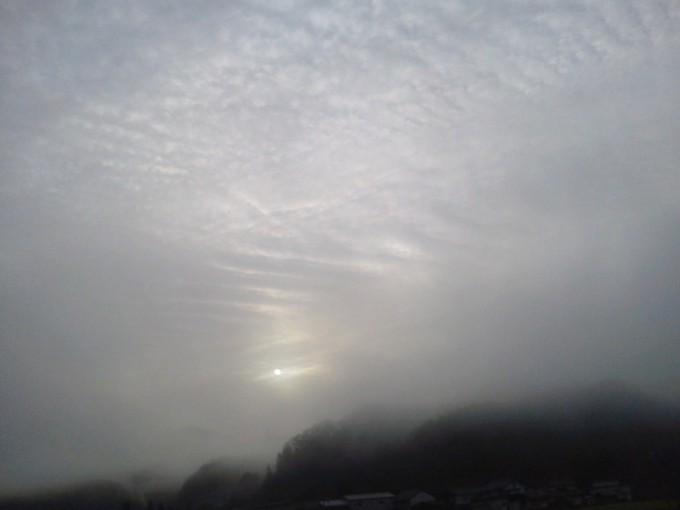 霧の中の朝日